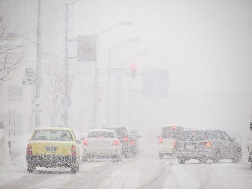 Ko darīt, ja nekontrolē auto uz zemes ceļa vai sliktos laika apstākļos?