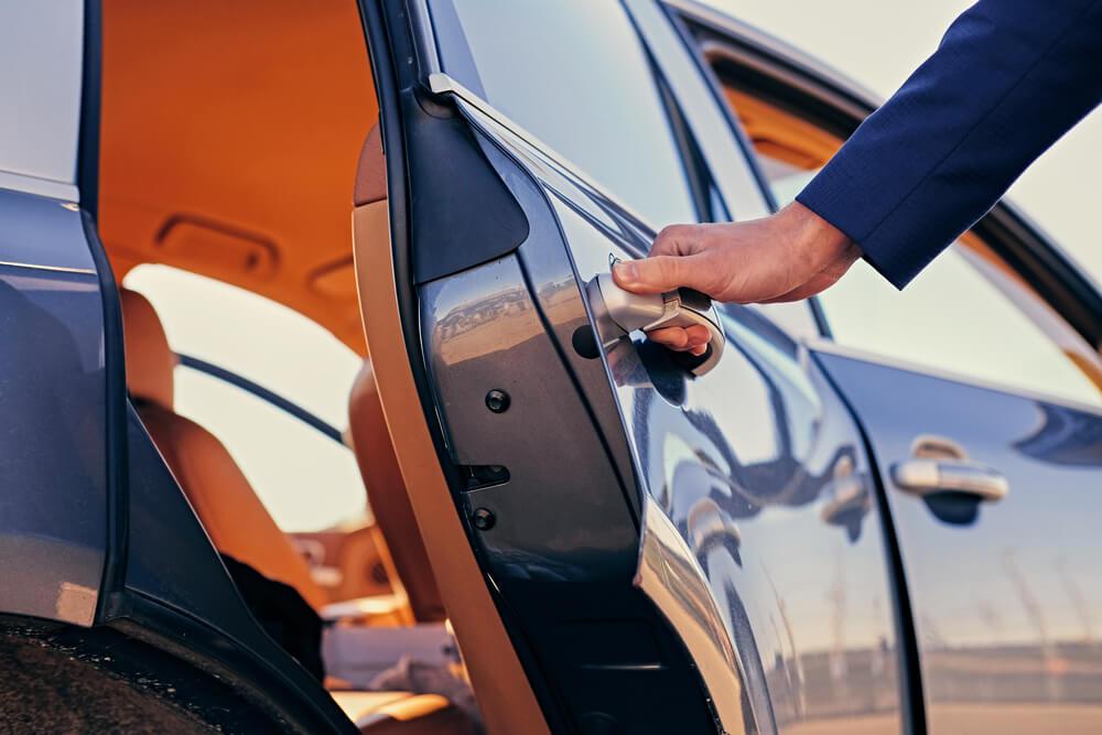 Automašīnas durvju atvēršana