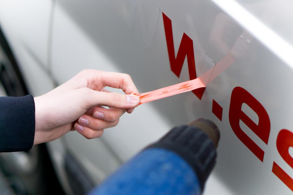 uzlīmju noņemšana no auto