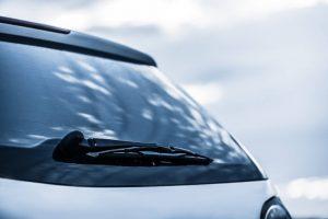 auto logu slotiņas aizmugurē
